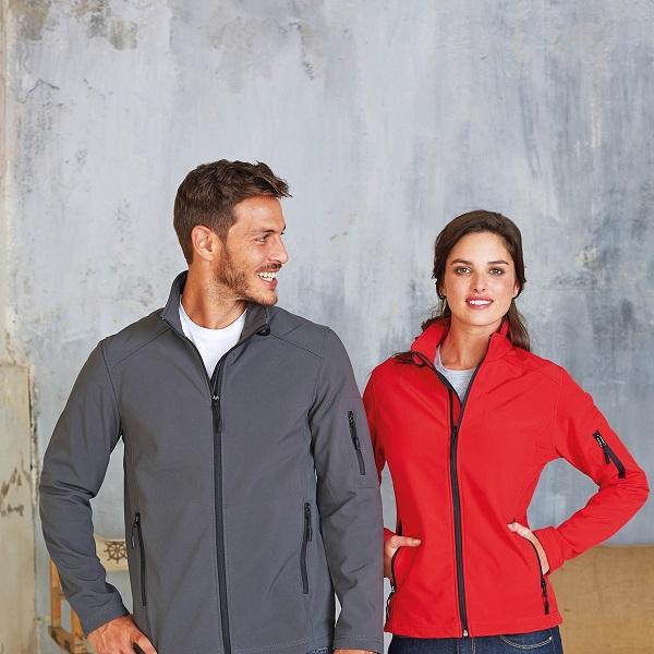 Jachetele Softshells au diferite straturi precum coajele hardshells